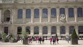 Vuxna människor och barn i botaniska trädgården i Paris arkivfilmer