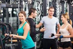 Vuxna människor som gör powerlifting på maskiner Royaltyfri Bild