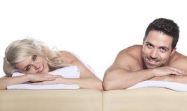 Vuxna människor som mottar massage i studiovit royaltyfria foton