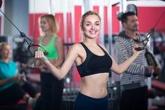 Vuxna människor som utarbetar i idrottshall Royaltyfri Fotografi
