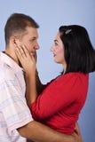 vuxna par omfamnar mitt- Fotografering för Bildbyråer