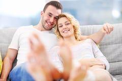 Vuxna par som hemma kopplar av Royaltyfria Bilder