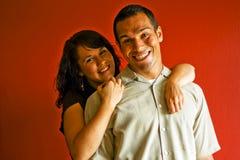 vuxna par som kramar att le för förälskelse Royaltyfri Bild