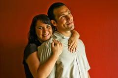 vuxna par som kramar förälskelse arkivbilder