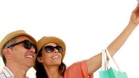Vuxna par som tycker om ögonblicket med hatten stock video