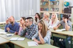 Vuxna studenter i klassrum royaltyfri foto