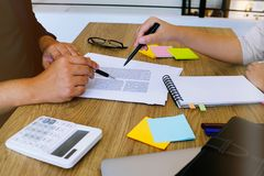 Vuxna studenter som arbeta som privatlärare åt utbilda tillsammans instruktören Management arkivbild