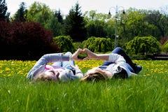 Vuxna systrar i en parkera Arkivfoto