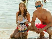 Vuxna två och behandla som ett barn att posera nära vatten Fotografering för Bildbyråer