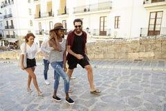 Vuxna vänner på ferie som går, Ibiza, Spanien, slut upp Arkivbild