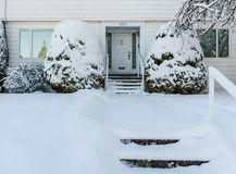 VVANCOUVER KANADA, Luty, - 24, 2018: Zima ranek po nocy śnieżnej miecielicy stary dom przy Cambie ulicą Fotografia Stock
