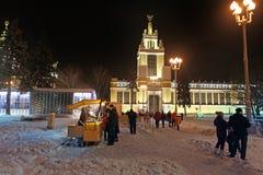 VVC centro de exposición (HDNH anterior) en noche del invierno, Moscú Imágenes de archivo libres de regalías