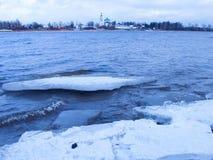 Vvedenskiy Tolga Convent und gefrorenes Eis auf dem Fluss Volga stockbilder