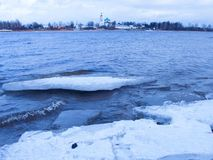 Vvedenskiy Tolga klasztor i marznący lód na rzecznym Volga obrazy stock