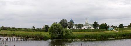 VView des Kremls auf den Banken des Flusses Kamenka in Suzdal Russland Lizenzfreie Stockbilder
