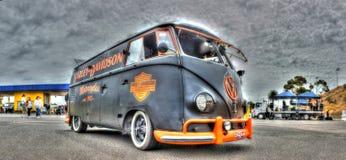 VW在哈利戴维森颜色绘的Kombi 库存照片