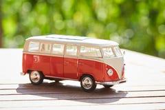 VW小雕象公共汽车作为一个标志为假日 免版税库存图片