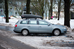 VW有屋顶箱子的帕萨特b6 免版税图库摄影
