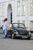 Vw甲虫一辆老古董restorated汽车在街道上 库存照片
