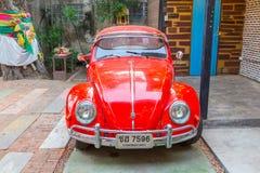 VW甲虫汽车在Amphawa浮动市场上 图库摄影