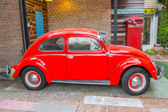 VW甲虫汽车在Amphawa浮动市场上 免版税库存照片