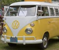 黄色&白色1966 VW露营车前方图 免版税库存照片