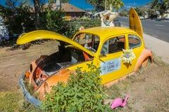 VW amarela em Main Street, Seligman em Route 66 histórico, o Arizona, EUA, o 22 de julho de 2016 fotografia de stock royalty free