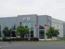 VW Audi Distribution Center di VAG in NJ Bandiere di U.S.A., della Germania e dello stato del New Jersey Fotografie Stock Libere da Diritti