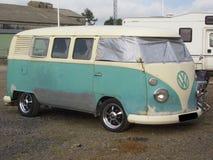 VW Bulli T 1 i original- villkor på en campingplats i England royaltyfri fotografi