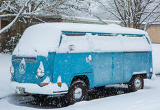 VW bus covered in snow. JANUARY 4, 2017 - Eugene Oregon: A VW Microbus is covered by an unexpected snow storm that arrived early in the a.m stock image