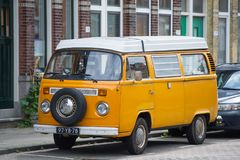 VW-Bus - VOLKSWAGEN-Transporter-T2 campervan Stockbilder