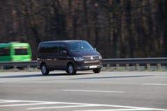 VW de lujo del coche que apresura en la carretera vacía imágenes de archivo libres de regalías