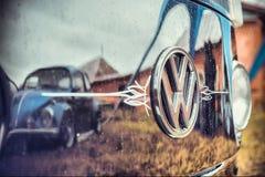 VW de transporteur de T1 de hippie de Volkswagen rétro transportent refléter le beatle images stock