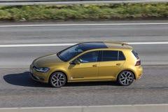 VW Golf en la carretera fotografía de archivo