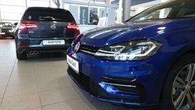 VW Golf la línea de R ventana trasera caliente en la sala de exposición imagen de archivo libre de regalías