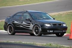 VW Jetta, das auf Rennen-Kurs antreibt Lizenzfreie Stockfotos