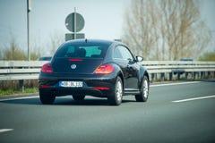 VW-Käfer auf deutschem Autobahn Stockfotografie