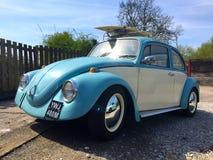 VW-Käfer mit Surfbrett Lizenzfreie Stockfotos