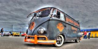 VW Kombi in Harley Davidson Colors wordt geschilderd dat stock fotografie