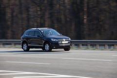 VW luxuosa do carro que apressa-se na estrada vazia Imagem de Stock