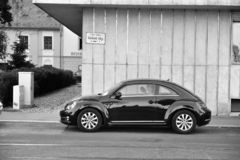 VW New Beetle i gatan av Budapest fotografering för bildbyråer
