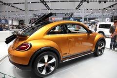 VW New Beetle pojęcia Wydmowy samochód Obrazy Royalty Free