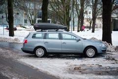 VW Passat b6 con la caja del tejado Fotografía de archivo libre de regalías