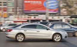VW Passat CC i det upptagna centret, Peking, Kina Royaltyfri Fotografi