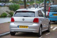 VW Polo-auto op de straat Stock Afbeeldingen