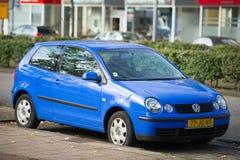 VW Polo-auto op de straat Stock Fotografie