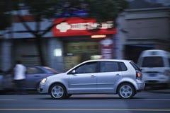 VW Polo op de straat bij nacht, Shanghai, China Royalty-vrije Stock Foto's