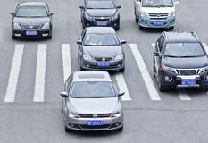 VW-` s, das einen Zebraweg, Yantai, China kreuzt Lizenzfreie Stockfotos