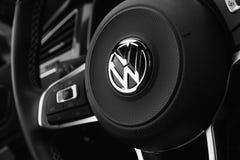 VW-Schwarzlenkrad mit Firmenzeichen Lizenzfreies Stockbild