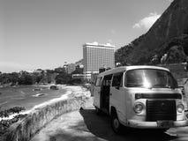 Vw-skåpbil och Shretonen i Rio de Janeiro royaltyfri bild